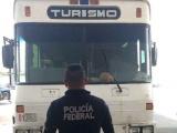 Rescatan a 64 indocumentados, viajaban en un autobús sobre la carretera Coatzacoalcos-Salina Cruz