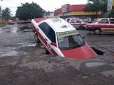 Socavón se traga Taxi en los Volcanes