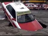 Ayuntamiento reparará taxi que se fue a socavón