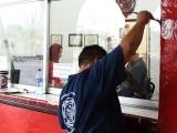 """Dan mantenimiento de """"rutina"""" en la estación de bomberos previo a su día"""