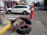 Transite con precaución, hundimiento en la esquina de Bravo y Esteban Morales