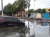 Automóviles dañados por hundimientos en Av. Urano