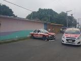 Impacta taxista su vehículo contra la pared