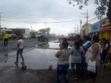 Paran tráfico vehícular en Las Amapolas; vecinos se quejan de obra vial