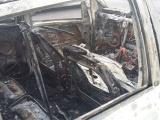 Ocasiona corto círcuito incendio de camioneta Mercedes Benz