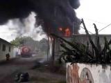 Arde bodega que almacenaba barras de goma en El Coyol