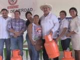 Entrega Juan Carlos Molina apoyos sociales en Tlacojalpan