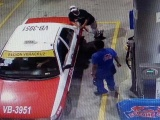 Se llena el tanque y roba a despachador en gasolinera