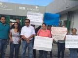 Protestan docentes por falta de pagos