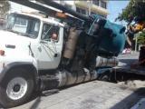 Camión vactor de Grupo MAS cae en enorme socavón