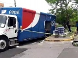 Se hunde camión refresquero en tremendo socavón del Floresta