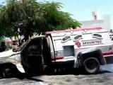 Se quema camioneta de valores en estacionamiento de Oxxo