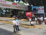 Taxistas bloquean acceso a CAXA