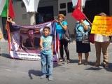 """Antorchistas forman """"cadena humana"""" para exigir a Cuitláhuac García obra pública en sus  colonias"""