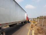 Conductor de trailer derribó arco ubicado en paso a desnivel de Río Medio