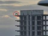 Rescatan a hombre que intento arrojarse de un edificio en construcción