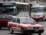 Taxistas instalan cabinas en sus unidades para evitar contagios de Covid-19