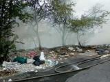 Incendio de basurero clandestino cerca de centro comercial causa temor en la población