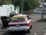 Supuesto Marino amenaza con pistola a taxista tras estrellarse con su bici en el auto