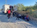 Rescata INM a 103 personas migrantes extranjeras abandonadas en la caja de un camión